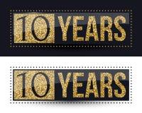 10 años del aniversario de bandera del oro en fondos oscuros y blancos Imagen de archivo