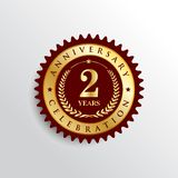 2 años del aniversario de logotipo de oro de la insignia stock de ilustración