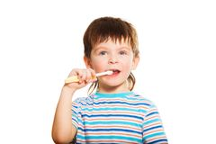 3 años del cepillo del muchacho sus dientes Fotos de archivo libres de regalías