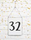 32 años del cumpleaños de la fiesta de aniversario de la enhorabuena del tex de la tarjeta imagenes de archivo