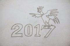 2017 años del gallo, escribiendo en la arena Imágenes de archivo libres de regalías