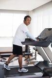 Años del hombre mayor 59s en el uso del club de fitness para las personas mayores y Imagenes de archivo