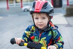 2 años del montar a caballo del niño en su primera bici Foto de archivo libre de regalías