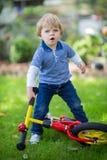 2 años del montar a caballo del niño en su primera bici Fotos de archivo libres de regalías
