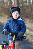 2 años del montar a caballo del niño en su primera bici Imagen de archivo