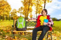 10 años del muchacho con la mochila Fotografía de archivo libre de regalías