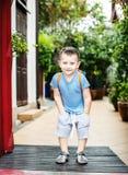 4 años del muchacho en el parque del verano Fotografía de archivo