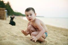 4 años del muchacho que juega en una playa Imágenes de archivo libres de regalías