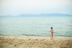 4 años del muchacho que juega en una playa Imagenes de archivo