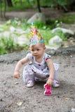 Años del niño de la muchacha del cumpleaños en parque en el verano Imágenes de archivo libres de regalías