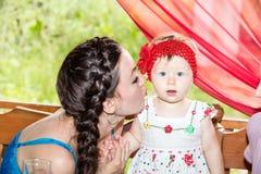 Años del niño de la muchacha del feliz cumpleaños con la madre en parque en el verano Imagen de archivo libre de regalías