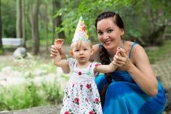 Años del niño de la muchacha del feliz cumpleaños con la madre en parque en el verano Foto de archivo
