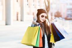 10 años del niño de la muchacha en compras en la ciudad Foto de archivo libre de regalías
