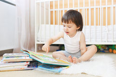 2 años del niño de libros de lectura Foto de archivo libre de regalías
