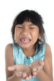 6 años del niño han perdido el diente de bebé Foto de archivo libre de regalías