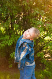 7 años del niño vestido en tejanos casuales Imagen de archivo libre de regalías