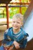 7 años del niño vestido en tejanos casuales Foto de archivo libre de regalías