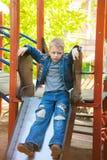 7 años del niño vestido en tejanos casuales Fotografía de archivo