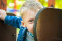 7 años del niño vestido en tejanos casuales Foto de archivo