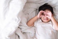 3 años del pequeño muchacho asiático lindo en casa en la cama, mentira del niño Imágenes de archivo libres de regalías