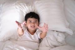 3 años del pequeño muchacho asiático lindo en casa en la cama, mentira del niño Fotos de archivo libres de regalías