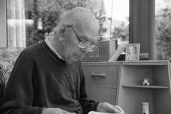 95 años del retrato inglés del hombre en interior nacional Imagen de archivo