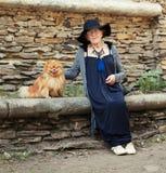90 años elegantes de la mujer que camina alrededor de ciudad Imagen de archivo libre de regalías