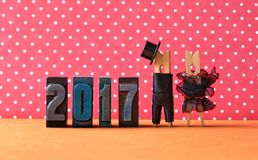 2017 años en cartel del partido del amor Prepare el sombrero negro del traje, vestido rojo negro de la novia Caracteres de las pi Fotos de archivo