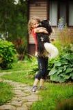 8 años felices de la muchacha del niño que juega con su perro del perro de aguas Imagen de archivo