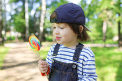 2 años felices de muchacho con el polo al aire libre en verano Fotografía de archivo