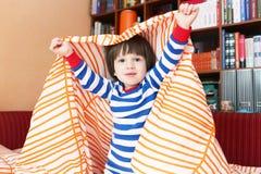2 años felices de niño en cama en casa Foto de archivo libre de regalías