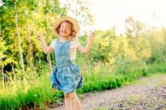 5 años felices del niño el caminar de la muchacha al aire libre en verano Fotos de archivo