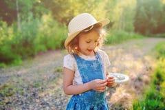 5 años felices del niño el caminar de la muchacha al aire libre en verano Imagen de archivo libre de regalías