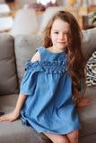 5 años felices lindos de la muchacha del niño que se relaja solamente en casa Imagen de archivo libre de regalías
