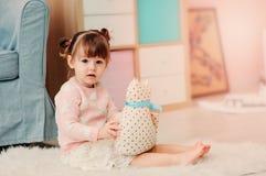 2 años felices lindos del bebé que juega con los juguetes en casa Fotos de archivo