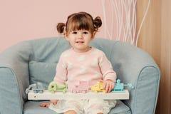 2 años felices lindos del bebé que juega con los juguetes en casa Foto de archivo