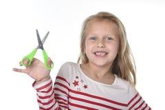 Años femeninos hermosos dulces del niño 6 a 8 que celebran cortar el sc Imágenes de archivo libres de regalías