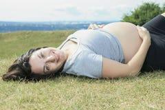 30 años hermosos de la mujer embarazada al aire libre Fotografía de archivo libre de regalías