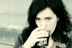 35 años hermosos del café de consumición de la mujer Foto de archivo