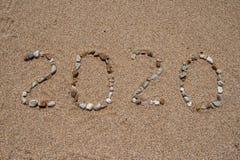 2020 a?os integrados por piedras coloreadas del mar sobre la arena foto de archivo libre de regalías