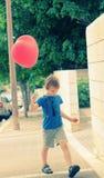6 años lindos del muchacho fotografía de archivo