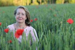 60 años naturales de la señora en naturaleza Fotos de archivo libres de regalías