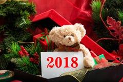 2018 Años Nuevos con el oso y los regalos de peluche Imagen de archivo libre de regalías