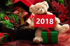 2018 Años Nuevos con el oso y los regalos de peluche Imagenes de archivo