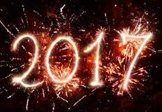 2017 Años Nuevos con la chispa y los fuegos artificiales Fotografía de archivo