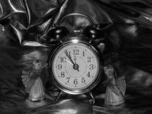 Años Nuevos de ángeles con el despertador en una imagen blanco y negro Imagen de archivo