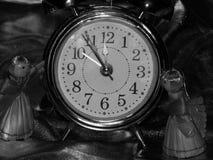 Años Nuevos de ángeles con el despertador en una imagen blanco y negro Fotos de archivo