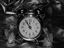 Años Nuevos de ángeles con el despertador en una imagen blanco y negro Foto de archivo