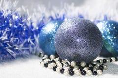 Años Nuevos de bola con malla azul y blanca Imagen de archivo