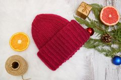 Años Nuevos de concepto Sombrero de Borgoña, naranja, rama spruce y juguetes Fondo blanco Foto de archivo